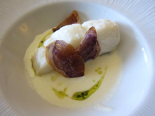 Llom de bacalla amb crema d'Idiazabal i patata xip violeta