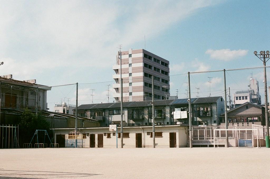 梅小路小学校 京都 Kyoto 2015/09/23 從梅小路後面往回走的路上經過小學校,我記得是泥土的操場,看的我好想爬進去裡面拍照。  Nikon FM2 Nikon AI Nikkor 50mm f/1.4S AGFA VISTAPlus ISO400 0947-0025 Photo by Toomore