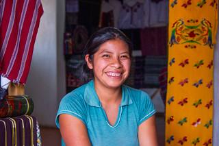 Secia, jeune tisserande de poupées tracas du Guatemala