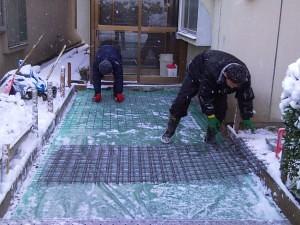 型枠設置+砕石後、防湿シートと発熱体を絡ませるメッシュを敷き込みます。
