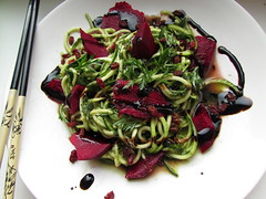 (100% raw) vegan zucchini pasta with wild garlic a…