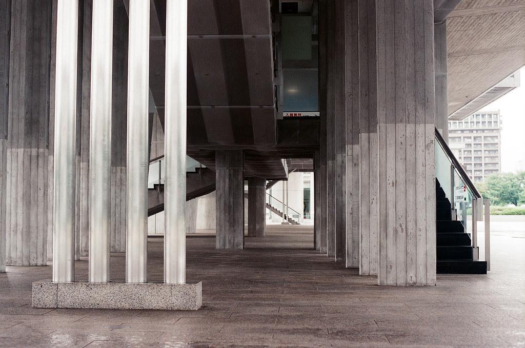 廣島和平紀念公園 広島 Hiroshima 2015/09/01 我一直以為這是近代建築設計的,後來我進去參觀後才翻現這個當初在規劃公園的時候就改好了,我覺得是滿現代的設計。  Nikon FM2 / 50mm AGFA VISTAPlus ISO400 Photo by Toomore