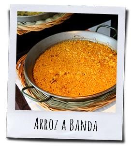 Het traditionele rijstgerecht Arroz a banda wordt bereid met visbouillon en garnalen