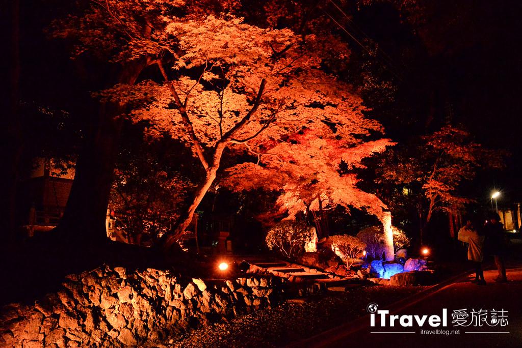 《京都赏枫景点》醍醐寺夜枫拜观限定开放,湖面景致不输永观堂推荐给摄影爱好者。