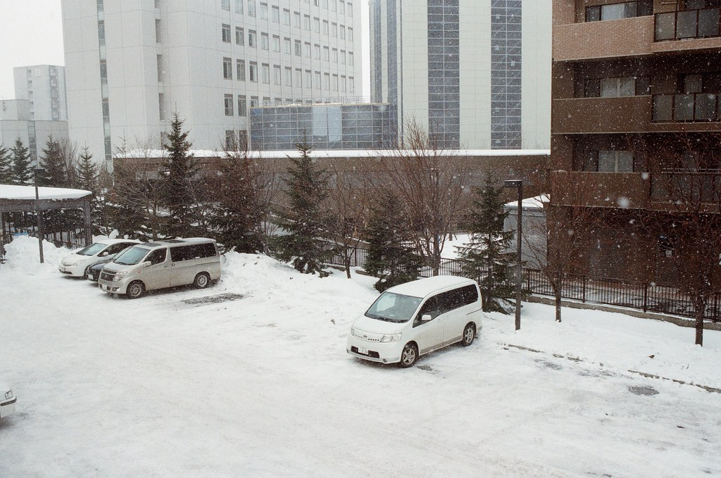 學園前 札幌 Sapporo, Japan / Kodak ColorPlus / Nikon FM2 停車場的雪又積起來了,前一天晚上故意在停車場走來走去的腳印消失了。  故意倒著走,體會一下推理小說中的只有來自一方向的腳印,真好玩!  Nikon FM2 Nikon AI AF Nikkor 35mm F/2D Kodak ColorPlus ISO200 8268-0022 2016/02/02 Photo by Toomore