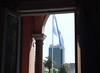 Bandeira argentina vista de dentro da Casa Rosada