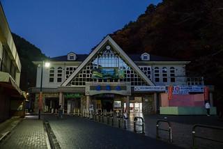 もうすぐ6時・・・まだ暗い@清滝駅前