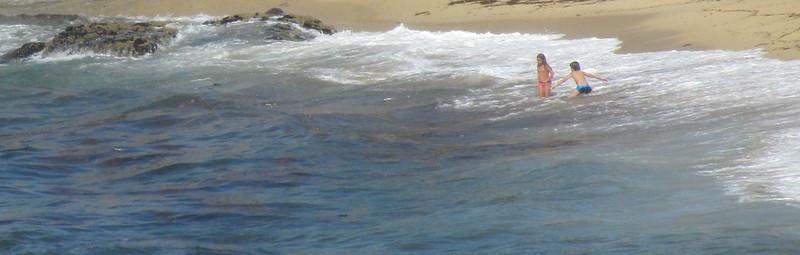 Dos pequeños en la orilla