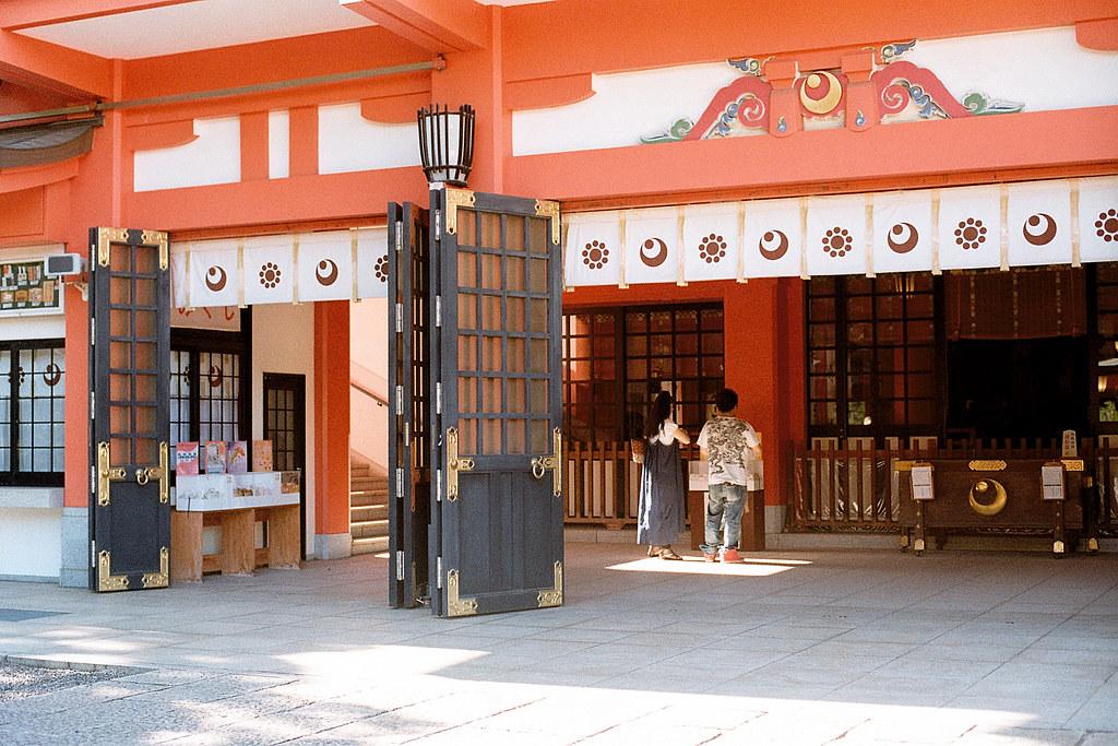 """千葉神社 Chiba Shrine 2015/08/05 一對情侶在千葉神社祭拜,但我動作太慢,沒有拍到上一個他們祭拜的畫面。旁邊好像是抽籤的地方 ...  Nikon FM2 / 50mm Kodak ColorPlus ISO200  <a href=""""http://blog.toomore.net/2015/08/blog-post.html"""" rel=""""noreferrer nofollow"""">blog.toomore.net/2015/08/blog-post.html</a> Photo by Toomore"""