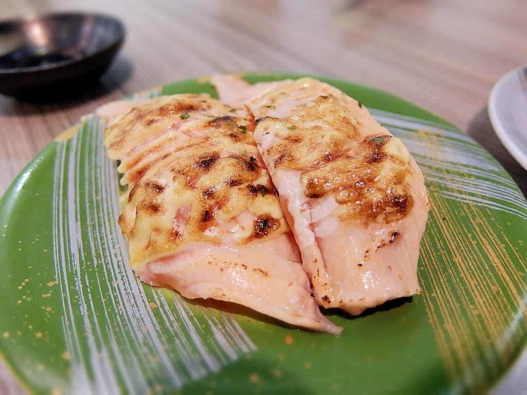火炙鮭魚蛋黃醬,上頭鮭魚炙燒的,頗相,鮭魚肉也軟嫩好吃