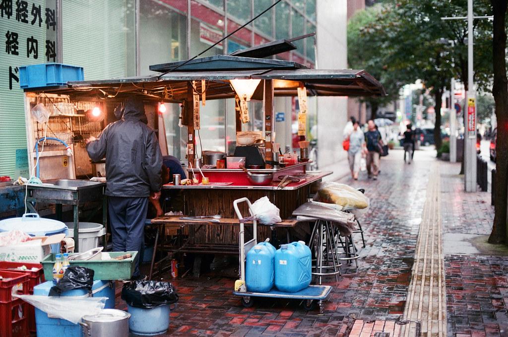 屋台 福岡 Fukuoka 2015/09/02 下午這個時間已經有些屋台開始在準備了,路上還是下著毛毛雨 ...  Nikon FM2 / 50mm AGFA VISTAPlus ISO400 Photo by Toomore