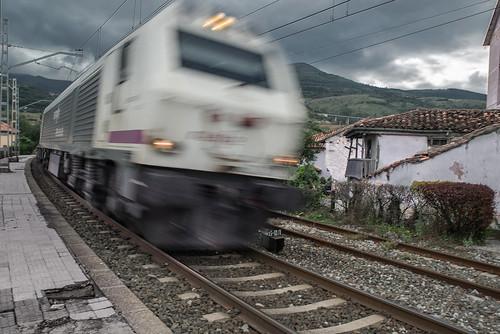 Una 3000 con cisternas, bajando rápido por Bárcena de Pie de Concha hacia Santander.