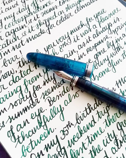 Catching up in correspondence on this cold and grey monday #omas #ogivaalba #Fpgeeks #fountainpen #pelikanedelstein #aventurine #penpal #letterwriter #correspondence #FPN #penmanship #handwriting #handwritten #shittycalligraphy #emeraldgreen