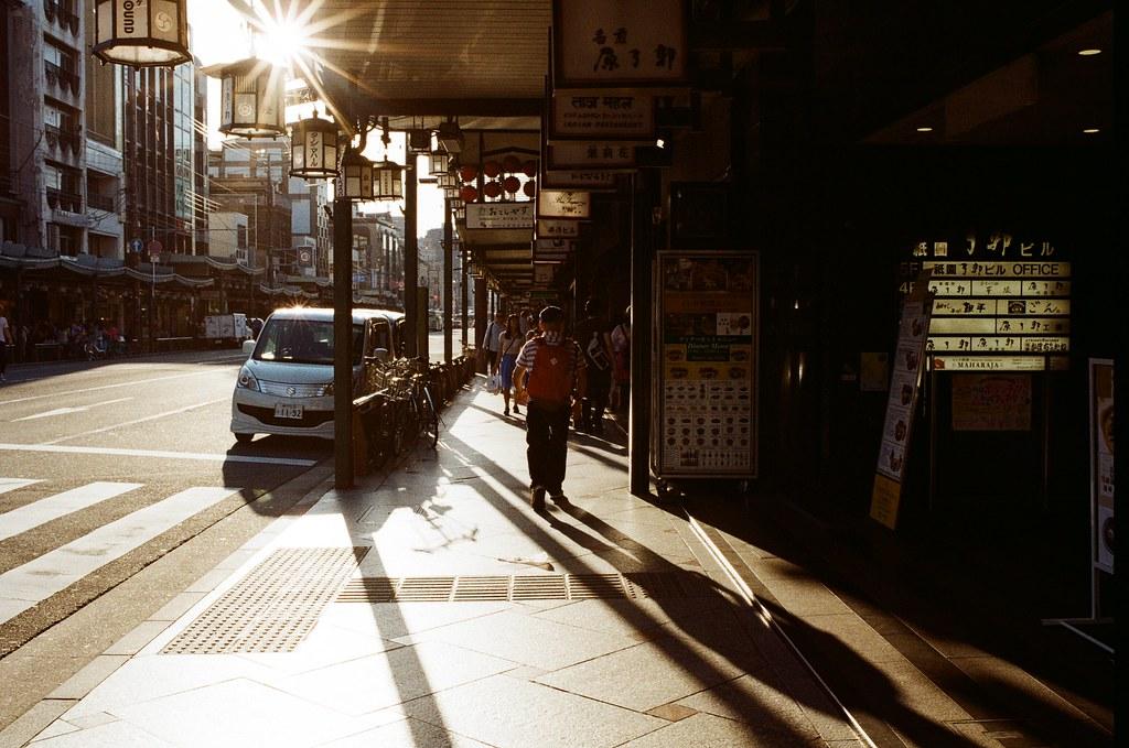 花見小路前 京都 Kyoto 2015/09/28 剛從京都嵐山回到花見小路,這個時段剛好黃昏的光打在街道上,我就拿著相機一路上慢慢拍!  Nikon FM2 Nikon AI AF Nikkor 35mm F/2D Kodak ColorPlus ISO200 0991-0006 Photo by Toomore