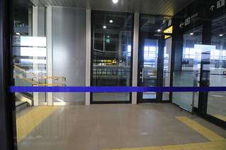 コンコースアクセスの階段ホールもラベンダー色の横帯