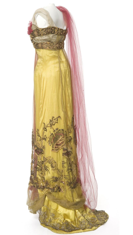 1910. Robe du soir, Callot Sœurs, Paris. Satin, tulle, dentelle métallique, broderie de filé, lame or et perles. Coll. UFAC, don Debray