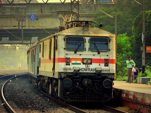 Indian Railways : Howrah Rajdhani Express enters Bally curve in style !