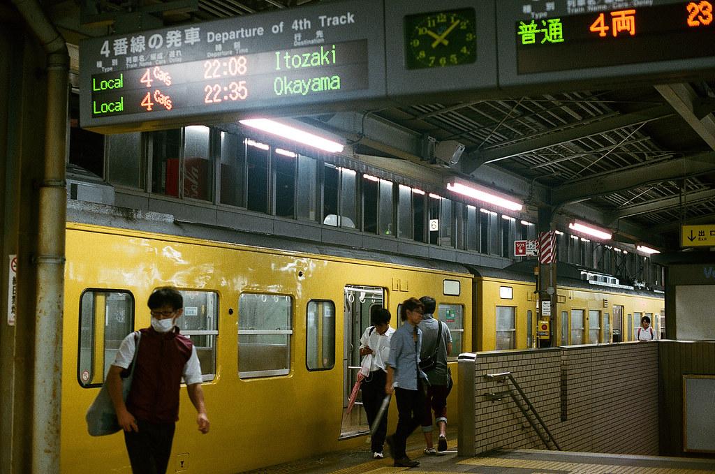三原駅 みはら - Mihara, Hiroshima 2015/08/29 來了一輛往廣島的列車,是和我今天晚上要去的地方的反方向。  Nikon FM2 / 50mm FUJI X-TRA ISO400 Photo by Toomore