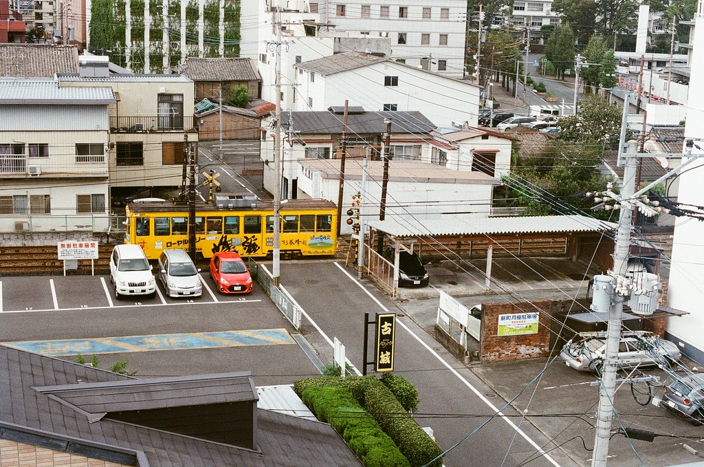 路面電車 中島屋 熊本 Kumamoto 2015/09/06 看著路面電車經過 ...  Nikon FM2 / 50mm Kodak UltraMax ISO400 Photo by Toomore
