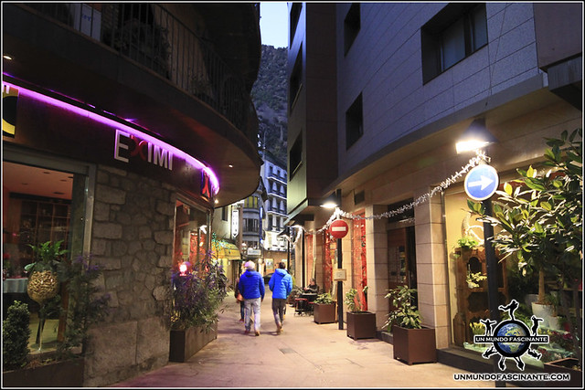 Calles del centro histórico de Andorra La Vella, Andorra.