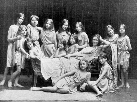 clipping-of-american-dancer-isadora-duncan-and-of-pupils-from-her-school-posing-for-group-portrait