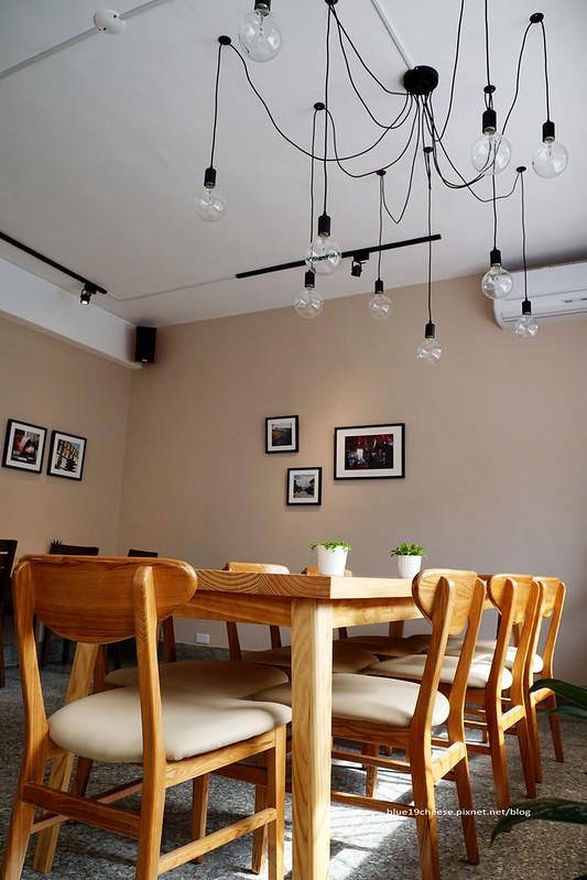 23203540783 1488465c2c c - 【台中西區】小野食堂 - 精誠街老屋改造明亮舒適好拍空間.自家製唐揚炸雞定食和牛肉咖哩不錯.P+HOUSE對面