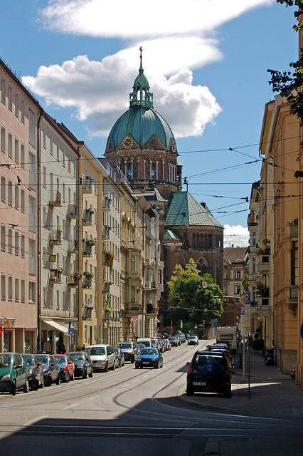 Münchener Straßenszene - im Hintergrund die Kirche Sankt Lukas