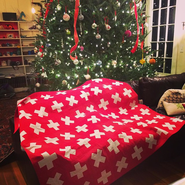 I made this quilt for my brother for Christmas, it looked perfect with the tree! The pattern is mathfacts by @crazymomquilts #quilt #mondaymodern #patchwork #swisscross #xmasinacton