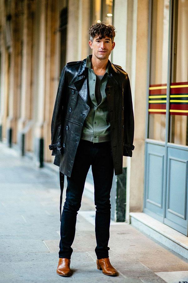 黒ロングレザーコート×カーキシャツ×黒スキニーパンツ×キャメルブーツ