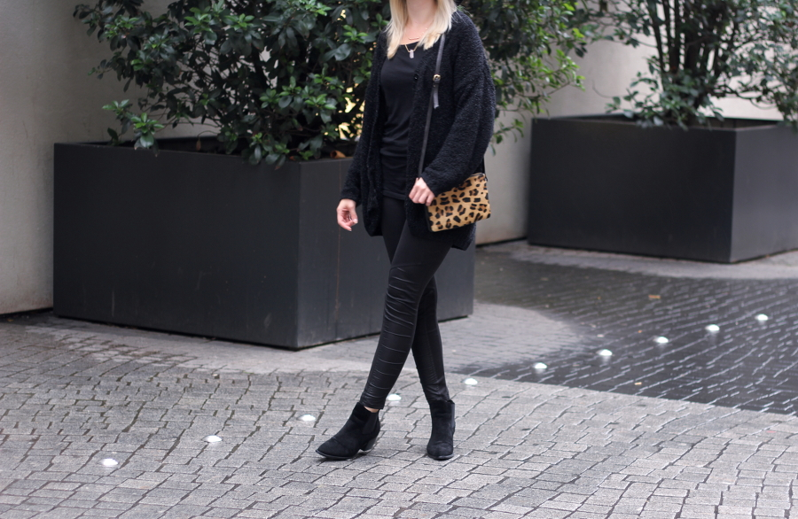 outfit-schwarz-black-asos-monki-esprit-leather-blonde-blogger-german-frankfurt-city-rain