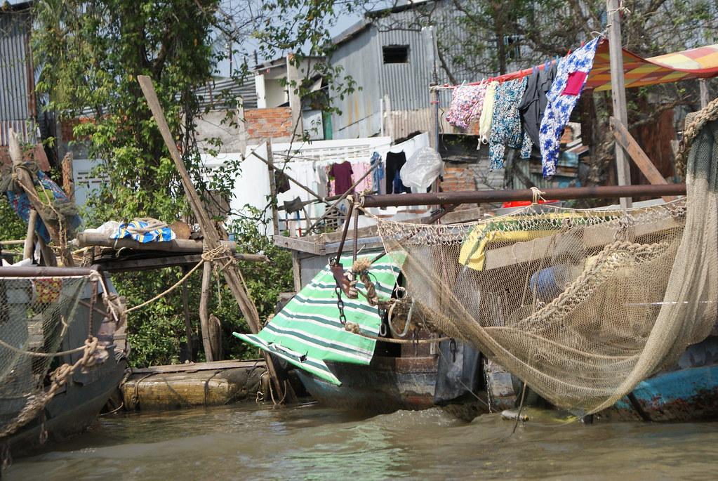 Maisons de pêcheurs sur le Mekong au Vietnam.