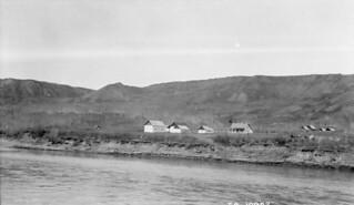 Hudson's Bay Co. buildings, Fort St. John, British Columbia / Des bâtiments de la Compagnie de la Baie d'Hudson au fort St. John, en Colombie Britannique