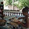 Lisane prepare à manger pour les enfants de la classe