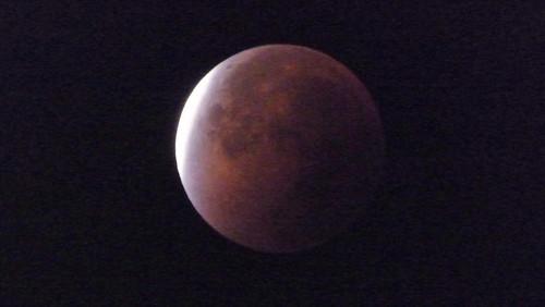 Ha salido de las nubes y por fín... la superluna roja (5:28)