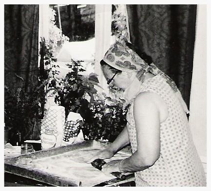 Anna Kolehmainen tekee karjalanpiirakoita.