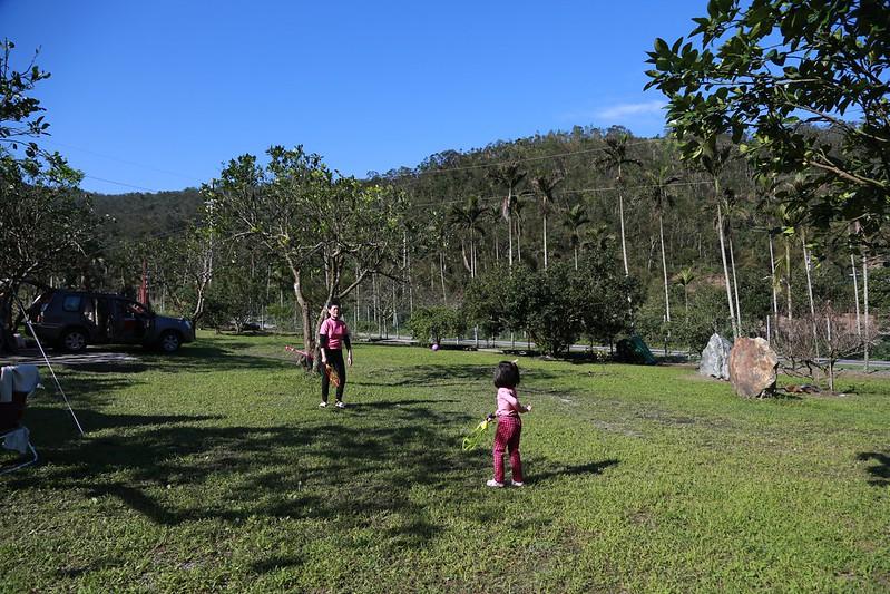 阿嬤和寶妹玩球