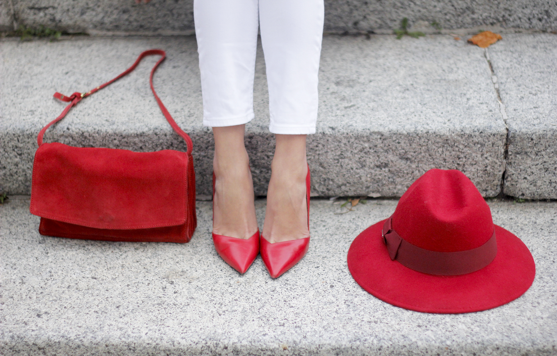 Turtleneck Sweater white jeans red heels red hat uterqüe outfit19