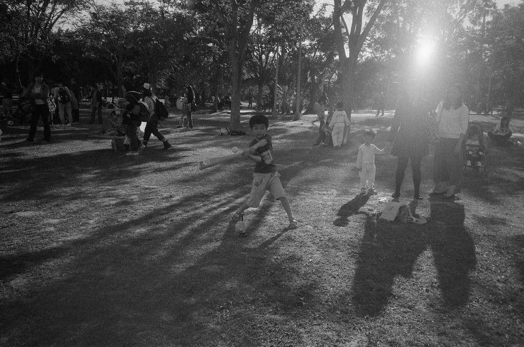 大安森林公園 / Lomo LC-A+ 2015/12/05 我想起在福岡大濠公園,突然有點懷念在那裡曬太陽到處走走的感覺。大安森林公園應該也會有類似的環境吧。  我帶著 Lomo LC-A+ 來到這裡,每天上班都會經過這一站,但都沒上來過。  假日真的好多人,人多到感覺這公園好像還太小了。  Lomo LC-A+ AgfaPhoto APX 400 Pro B&W 4779-0021 Photo by Toomore