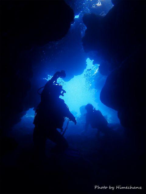 うえちゃん、洞窟の光を撮影中♪