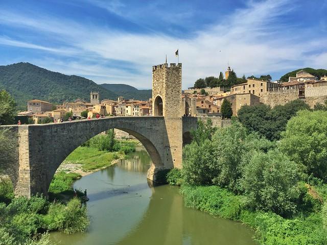 Puente viejo de Besalú, una de las fotografías más hermosas de este pueblo medieval de Garrotxa (Gerona, Cataluña)