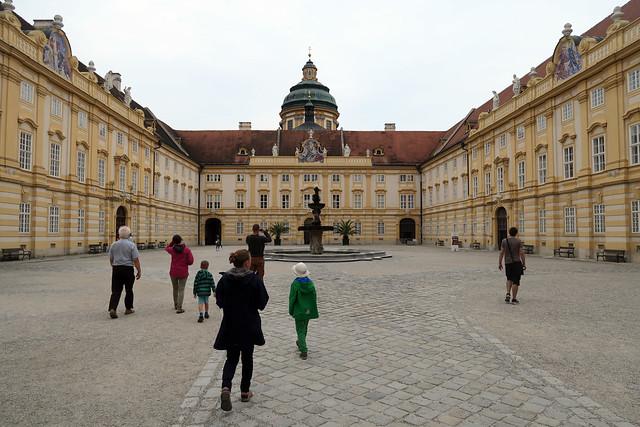 Melkas klostera sēta