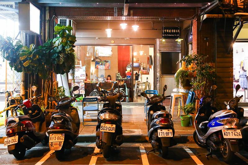 21 Cafe & Living & Bar.西門町咖啡館.西門町下午茶.西門町不限時間咖啡館.有網路有插座.21 Cafe咖啡館