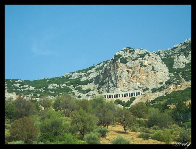 Grecia Delfos Osios Lukas Kalambaka - Gruta a la salida de Delfos