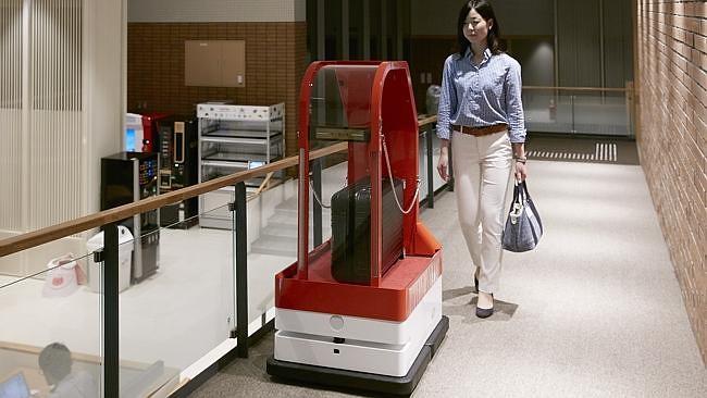 Du khách khi đến đây nhận phòng sẽ tự gõ thông tin vào một bảng điện tử. Hành lý được một xe đẩy tự động đưa lên tận phòng. Thay vì nhận chìa khóa phòng như khách sạn thông thường, khách sạn này dùng công nghệ nhận diện khuôn mặt để cho phép du khách vào phòng của mình.
