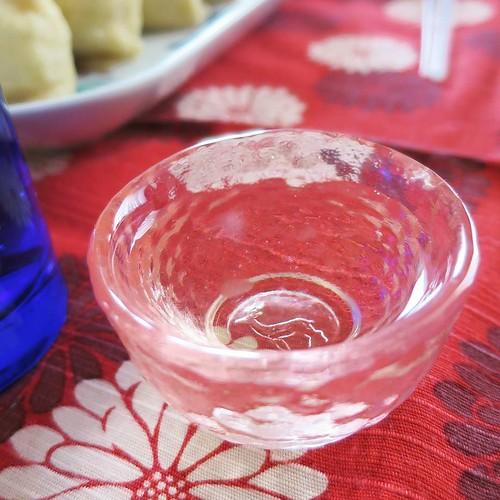カジュアルで、温かい雰囲気の、日本酒の飲み会にお邪魔しました。祭り囃子が聴こえる中、いろんなお酒をいただいて、良い感じでほろ酔い気分。