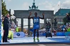 Kipchoge kuriózním způsobem ovládl berlínský maraton, Češi na limit nedosáhli