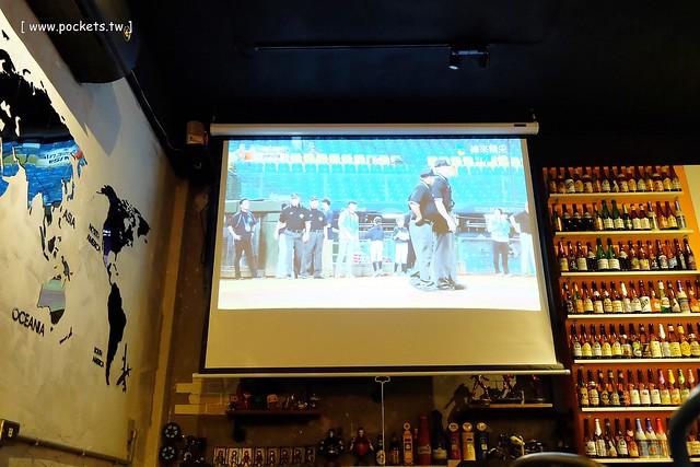22876501097 c90f6fe64b z - 【熱血採訪】薩克森比利時小酒館。餐廳有120吋的電視牆可以觀看球賽,滿滿的動漫公仔好像走進電影裡,義大利麵和燉飯都是正統義式作法