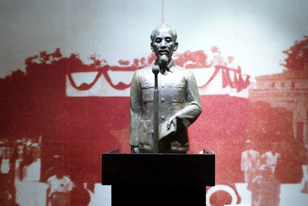 Statue d'Ho Chi Minh en plein discours au musée de la révolution d'Hanoi.