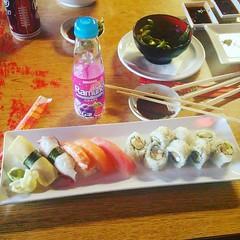 lunch today #badfoodphotographyskills #omnomnom #sushi🍣