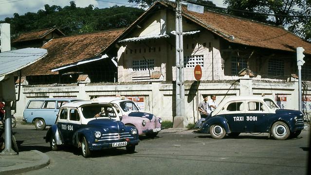 Saigon and some Renaults - Photo by Mike Huddleston - Góc ngã tư Công Lý-Nguyễn Đình Chiểu (nay là ngã tư Nam Kỳ Khởi Nghĩa-Trần Quốc Toản) với các ngôi nhà của Viện Pasteur Saigon